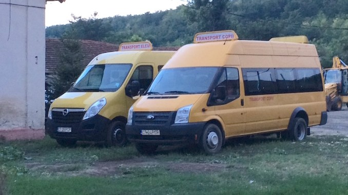 Microbuzele școlare de la Peștera. FOTO Adrian Boioglu