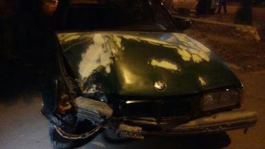 Stâlp retezat de o mașină. FOTO ctnews.ro