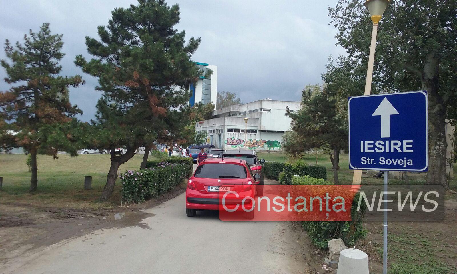 Clienții au făcut coadă la plecare din mall. FOTO ctnews.ro