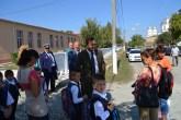 Primarul Valentin Vrabie discută cu elevii de la Peștera. FOTO Adrian Boioglu