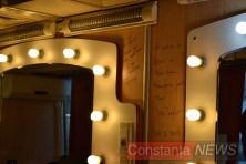 Cabina de machiaj poartă semnăturile marilor actori care au trecut pe acolo. FOTO Adrian Boioglu