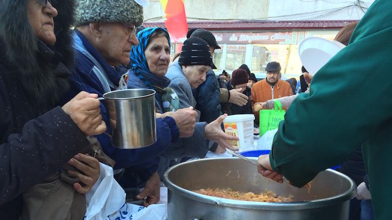O masă caldă pentru persoanele nevoiașe. FOTO Adrian Boioglu