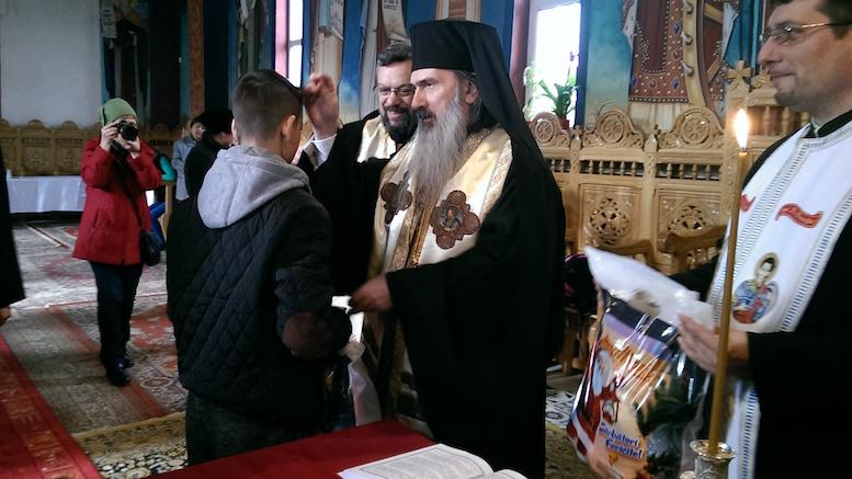 IPS Teodosie și elevii împart cadouri pentru copiii nevoiași. FOTO Mihai Sima