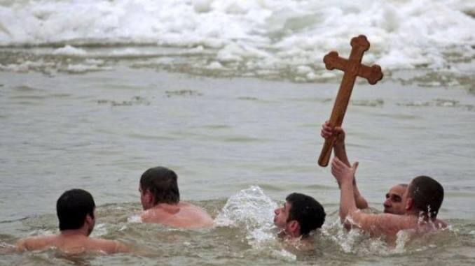 Crucea scoasă din mare de Bobotează. FOTO Facebook