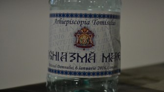 Sticlele de Aghiasma Mare au fost etichetate. FOTO Adrian Boioglu