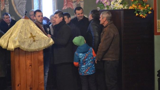Primarul Valentin Vrabie, printre săteni. FOTO Adrian Boioglu