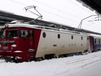 Locomotivă blocată în gară din cauza zăpezii. FOTO Captură video Mihai Calin