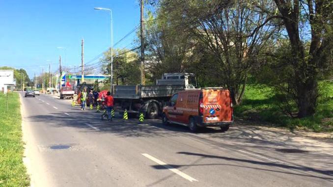 Șoseaua blocată de utilajele care lucrează. FOTO CRC