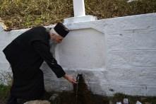 părintele Ilarion la Izvorul Tămăduirii. FOTO Adrian Boioglu
