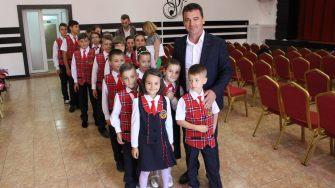 Elevii în noile uniforme și viceprimarul Tudorel Grosu. FOTO Adrian Boioglu