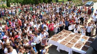 Toți elevii au primit prajituri și eclere. FOTO Adrian Boioglu