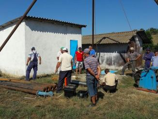 Lucrările de montare a noii pompe de apă de la Peștera