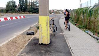 Stâlp de electricitate pe pista de biciclete la Năvodari