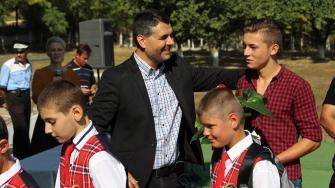 Marius Liviu Petre și Elevii școlii din Peștera. FOTO Adrian Boioglu