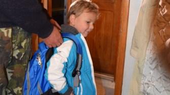 Unul dintre copiii ajutați de militari. FOTO MApN