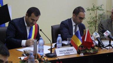 Valentin Vrabie și Haci Ahmet Daștan au semnat protocolul de reabilitare a Policlinicii Medgidia. FOTO Adrian Boioglu