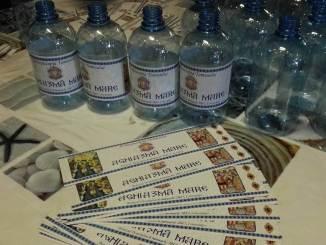 Sticlele pentru Aghiazma Mare în 2017. FOTO Eugen Tănăsescu