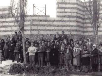 Credincioșii apără o biserică din Năvodari înainte de 1989. FOTO Facebook