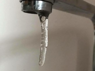 Apa înghețată la robinet. FOTO Pr. Claudiu Banu