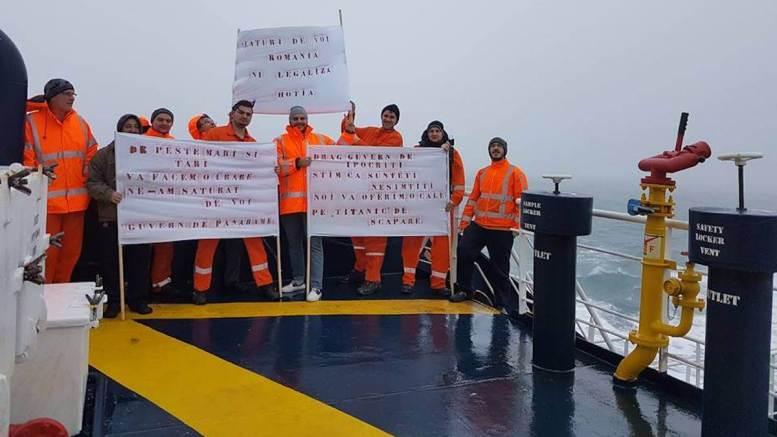 Protest anti - Guvern la bordul unei nave. FOTO V. G.