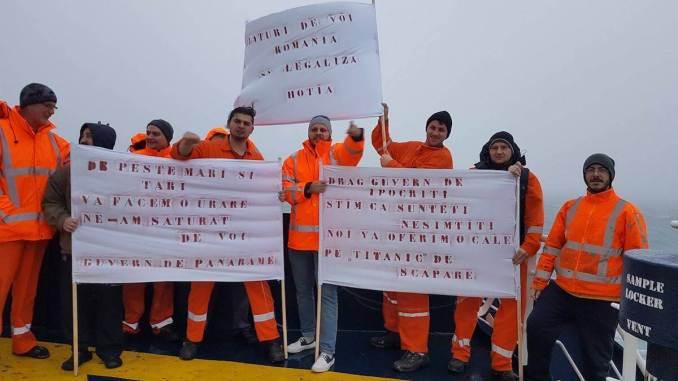 Protest anti-guv ern la bordul unei nave. FOTO V. G.