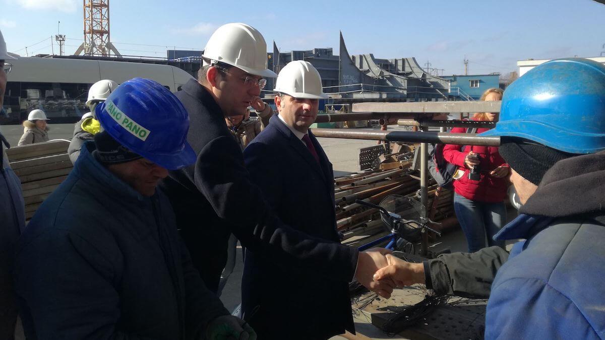 Marius Horia Țuțuianu și ministrul Economiei, Alexandru Petrescu la Șantierul Naval Daewoo Mangalia. FOTO CJC