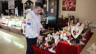 Maestrul cofetar, Silvian Miron și inimile de ciocolată. FOTO Adrian Boioglu