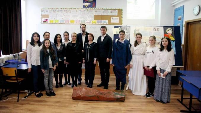 Primarul George Scupra și elevii din Ovidiu