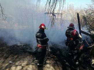 Pompierii sting incendiu de vegetatie