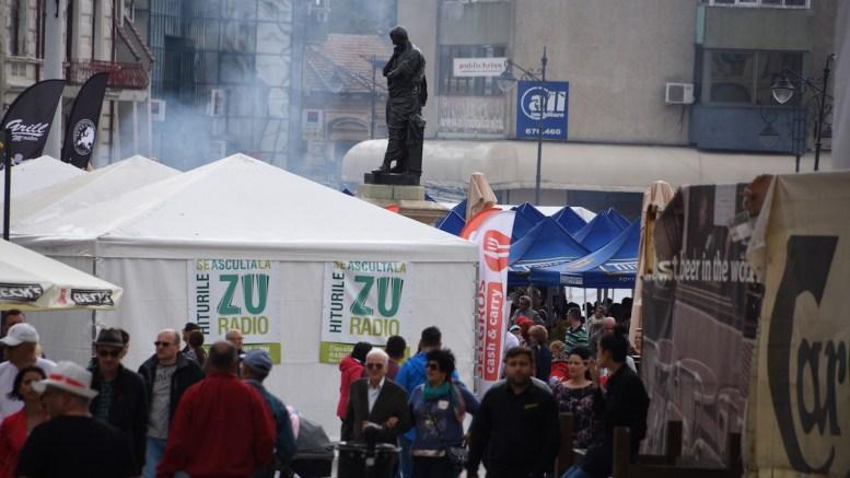 Statuia lui Ovidiu, înconjurată de fumul grătarelor. FOTO Ovidiu Oprea