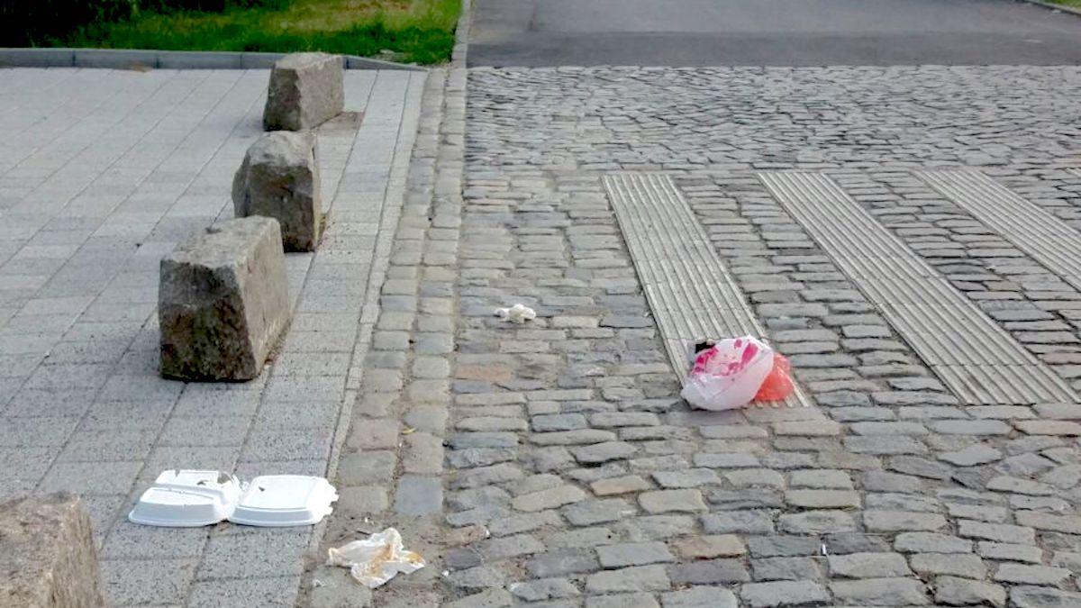 Gunoi aruncat în fața Primăriei Constanța