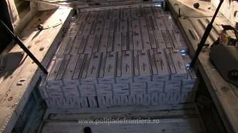 Tigari de contrabanda gasite in autoutilitara cu compartiment secret. FOTO Garda de Coasta