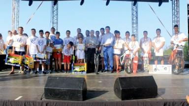 Premierea de către primarul orasului Ovidiu George Scupra sportivilor participanti la cross-ul ,,Iubim Familia''. FOTO Primaria Ovidiu