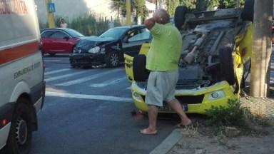 Accident cu taxiu răsturnat