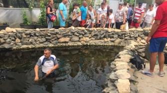 dr. Adrian Bilbă adunand banii din iazul cu pesti de la CMSN