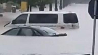 Masini acoperite de ape în urma ploilor torentiale