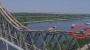 Biciclistul Vittorio Brumotti, pe podul de la Cernavodă. FOTO Captură Video Vittorio Brumotti