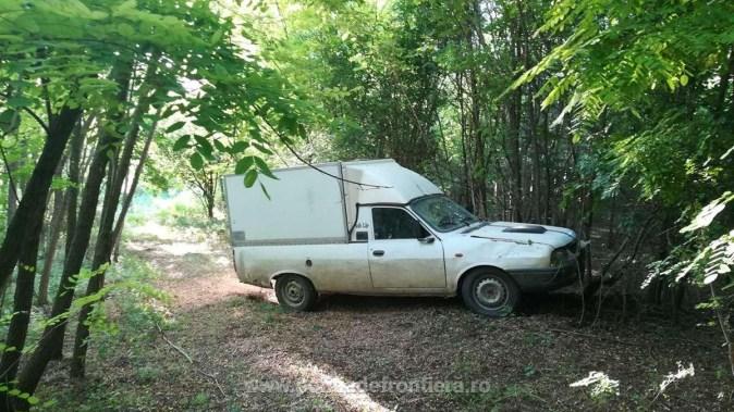 Mașina cu butoaiele de motorină furată a fost găsită abandonată . FOTO Poliția de Frontieră