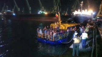 Nava suspecta, plină cu migranți a ajuns la țărm în jurul orei 5 dimineața. FOTO Politia de Frontiera