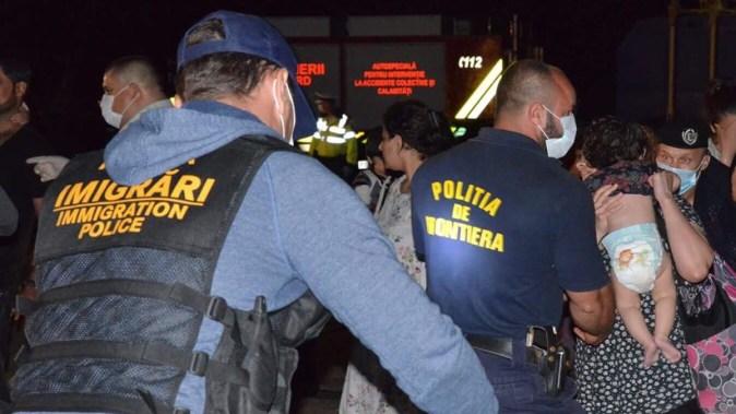 Migrantii de pe nava suspecta au fost perchezitionati, amprentati si triati. FOTO Politia de Frontiera