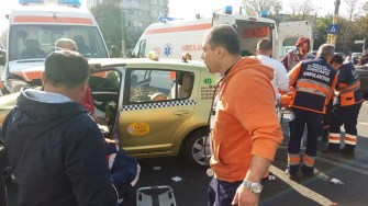 O ambulanță a lovit în plin un taxi care i-a tăiat fața