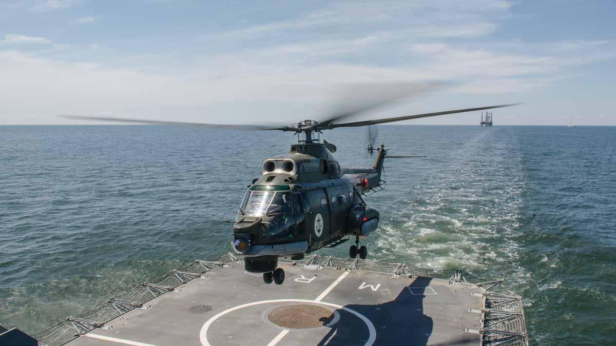 Aterizare elicopter Puma Naval pe puntea fregatei Regina Elisabeta