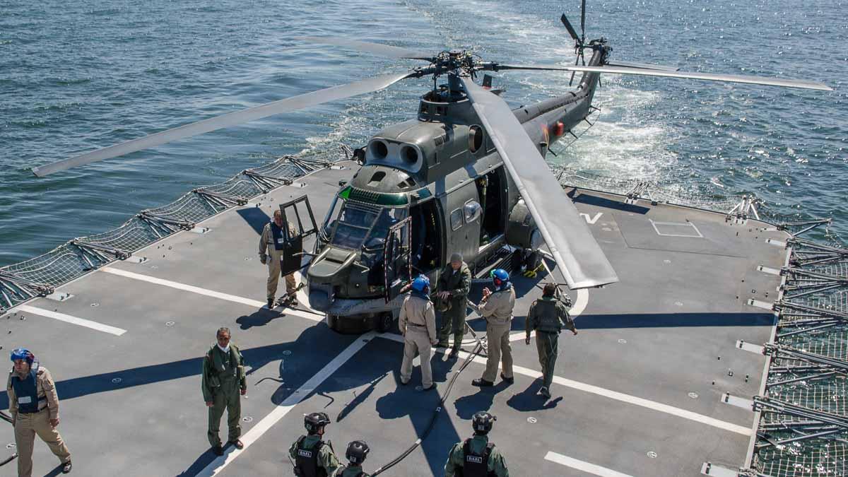 Elicopter Puma Naval pe puntea fregatei Regina Elisabeta (1)