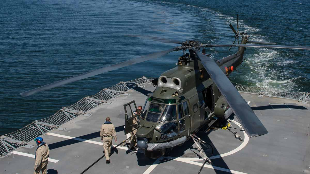 Elicopter Puma Naval pe puntea fregatei Regina Elisabeta (2)