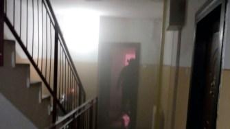 Pompierii au intervenit la stingerea unui incendiu izbucnit intr-un bloc de pe strada Fagetului in Constanta. FOTO ISU Dobrogea