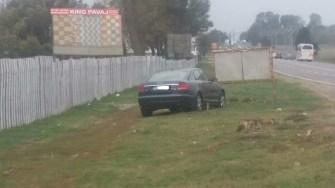 Mașina condusă de șoferul agitat a rămas pe marginea drumului