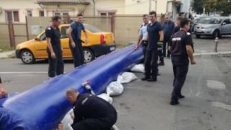 Autoritățile au montat diguri gonflabile și au depozitat saci cu nisip în zonele cu risc de inundatie. FOTO Primăria Constanța