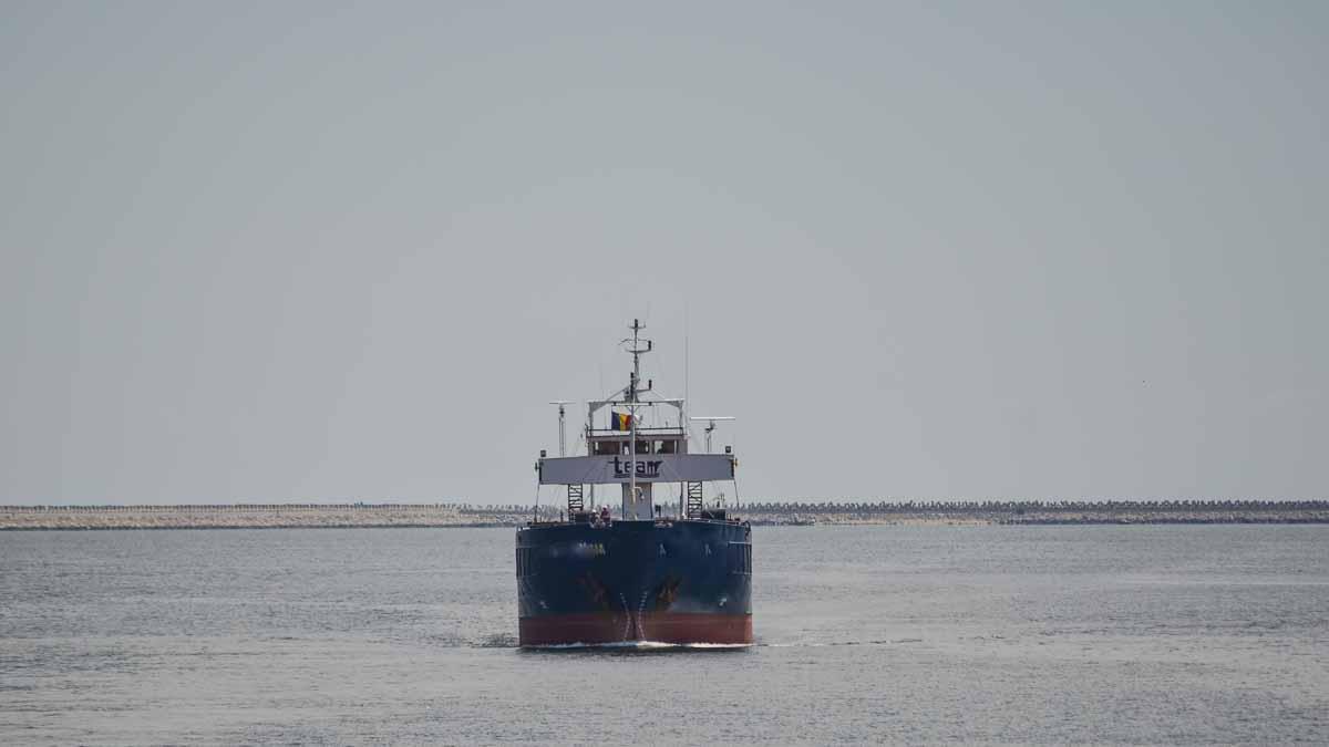 Nava comerciala intrand in Portul Constanta