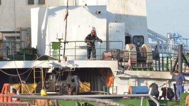 Din sala mașini a unei macarale plutitoare a izbucnit un incendiu. FOTO Cătălin Schipor