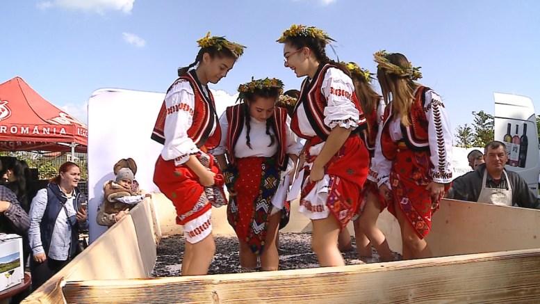 Fetele care storc mustul din struguri. FOTO CTnews.ro